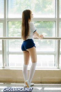 Hot girl Vương Ngữ Thuần (王语纯) đang nhìn về nơi xa và cặp mông căng đét
