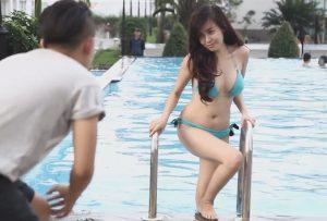 Bà Tưng tạo dáng chụp ảnh ở hồ bơi với bộ bikini xanh da trời (2)