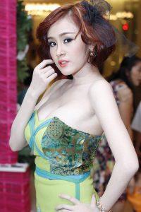 Bà Tưng tham gia 1 Event với makeup lộng lẫy kèm theo cặp bưởi căng tròn trắng tinh khôi